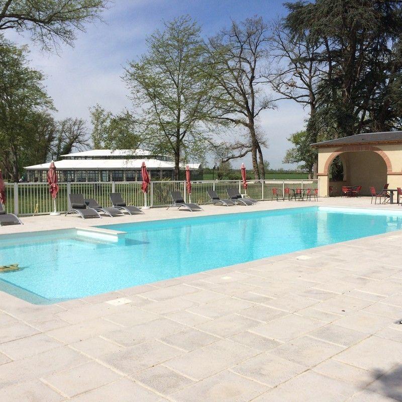 Cl ture piscine une cl ture de piscine en profils en for Cloture piscine design
