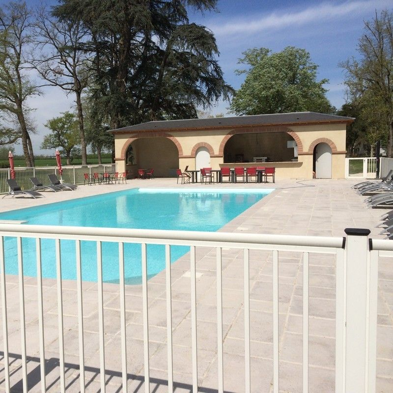 Cl ture piscine une cl ture de piscine en profils en for Cloture aluminium pour piscine