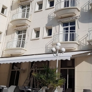 Store banne monobloc blanc hotel