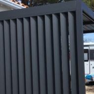 Pergola bioclimatique sur mesure avec lames orientables en façade