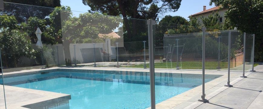Clôture de piscine en verre sécurité couleur gris clair gris galet