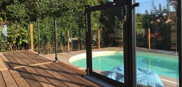 clôture de piscine sécurité avec fixation sur terrasse en bois