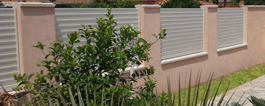 Clôture aluminium blanche entre piliers