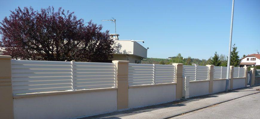 Cloture aluminium blanche posée entre piliers béton