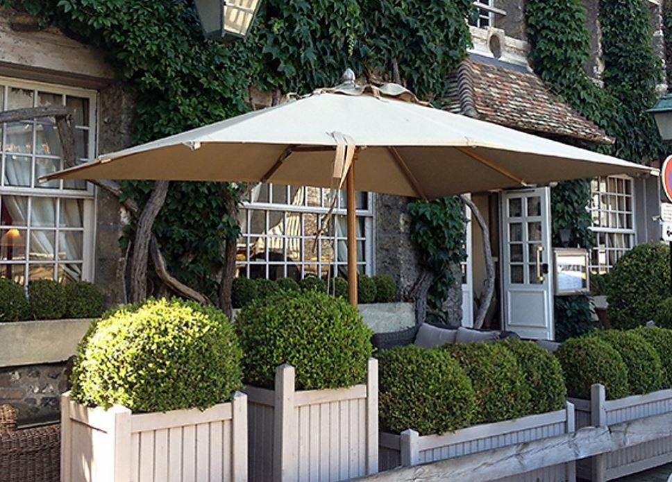 Parasol Bois d'Honfleur - un parasol centré haut de gamme en bois et aluminium
