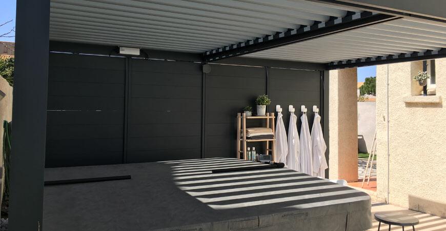 Fermeture d'une façade de pergola en aluminium